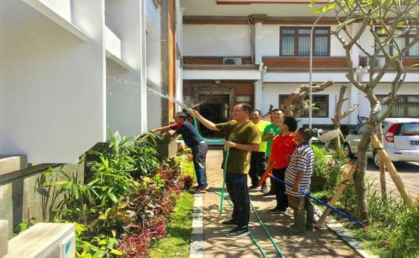 Kerja Bakti di Lingkungan Kantor Kejaksaan Tinggi Bali.