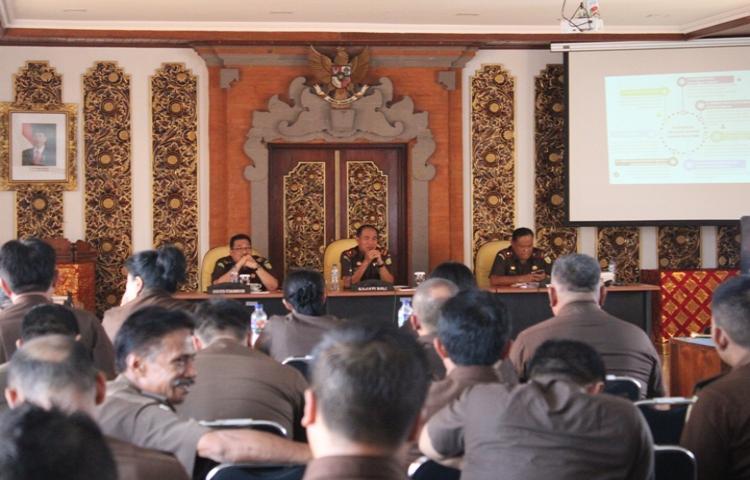 Kepala Kejaksaan Tinggi Bali memberikan arahan kepada para Asisten, para Kepala Kejaksaan Negeri Se- Bali