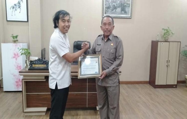 Penyerahan Piagam Penghargaan Kepada Ketua TP4D Kejati Bali