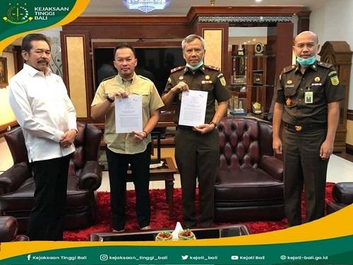 Bapak Jaksa Agung RI Didampingi oleh Kepala Biro umum Kejaksaan Agung RI Menyaksikan Kajati Bali Melaksanakan Penandatanganan Perjanjian Kerja Sama Dengan PT. Silverhawk Property