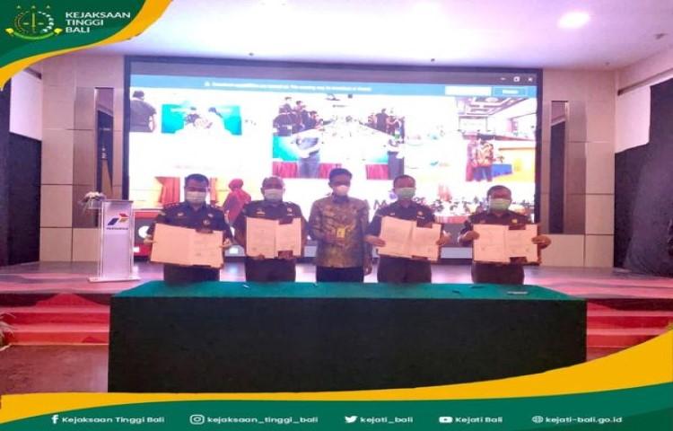 Kepala Kejaksaan Tinggi Bali Erbagtyo Rohan, SH., MH dan Pjs Executive GM Regional Jatimbalinus menandatangani Perjanjian Kerjasama