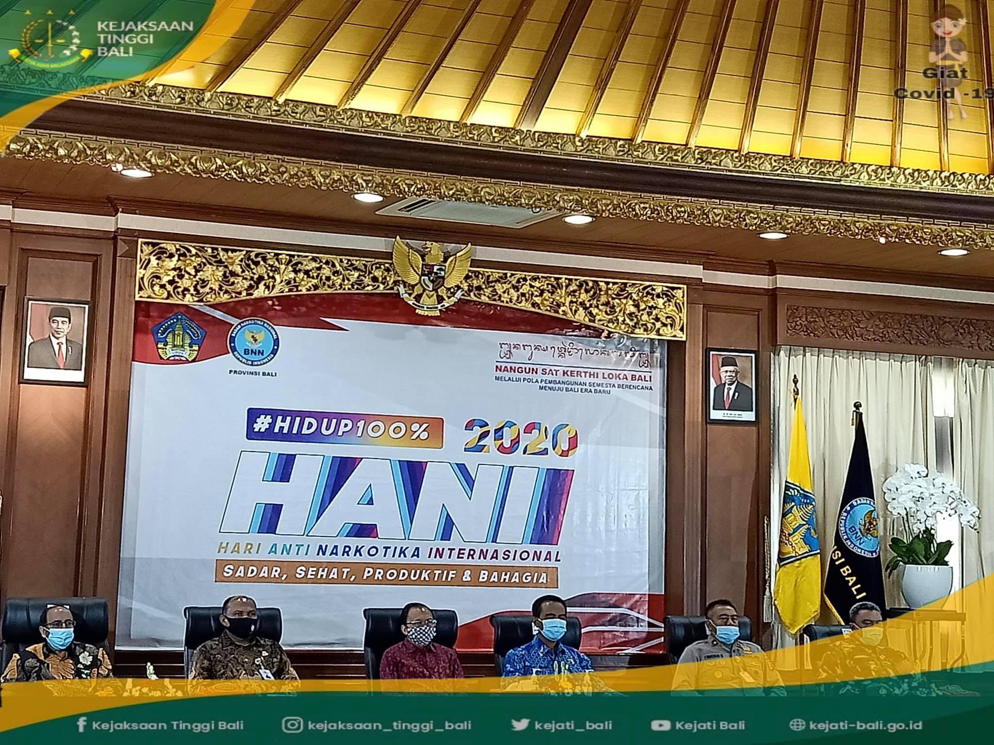 Kepala Kejaksaan Tinggi Bali, Erbagtyo Rohan, SH., MH., mengikuti upacara peringatan Hari Anti Narkotika Internasional, Jumat, 26 Juni 2020, yang dilaksanakan secara virtual (video conference) di Jaya Sabha Gedung Gajah Denpasar.