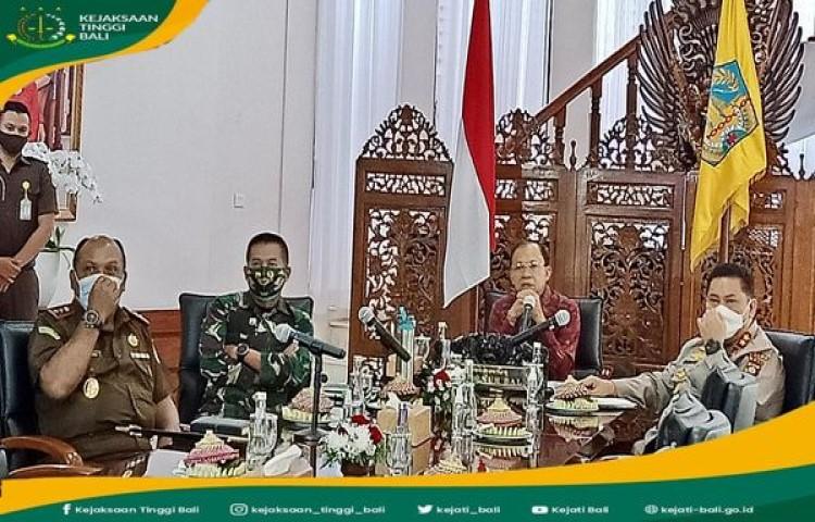 Kepala Kejaksaan Tinggi Bali, bersama Gubernur Bali, Kapolda Bali dan Panglima IX Udayana secara virtual mengikuti Rapat Koordinasi Penjelasan Pokok Pokok Subtansi dan Penyiapan Peraturan Pelaksanaan UU Cipta Kerja