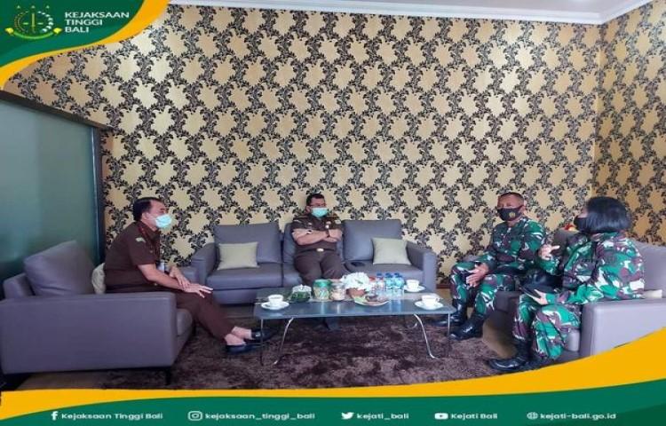 Wakil Kepala Kejaksaan Tinggi Bali, Hutama Wisnu, SH., MH menerima kunjungan Kepala Oditurat Militer (Kaotmil) III-13 Denpasar, Letkol Chk Widodo, SH.