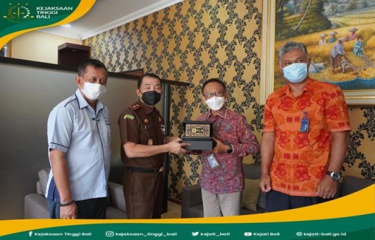 Wakil Kepala Kejaksaan Tinggi Bali, Hutama Wisnu, SH.,MH menerima kunjungan General Manager PLN UID Bali