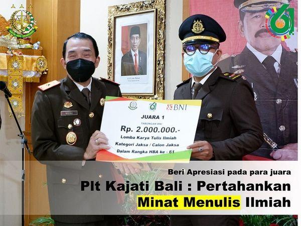 penyerahan apresiasi dari Kejaksaan Tinggi Bali berupa piala, piagam dan tabungan Bank BNI kepada para pemenang perlombaan penulisan karya ilmiah dan Penulisan Cerita Pendek